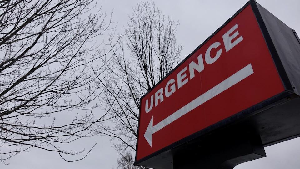 Une enseigne indique la direction des urgences.