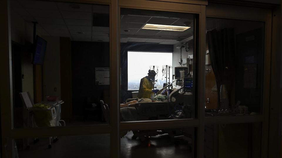 Une infirmière offre des soins à un patient.
