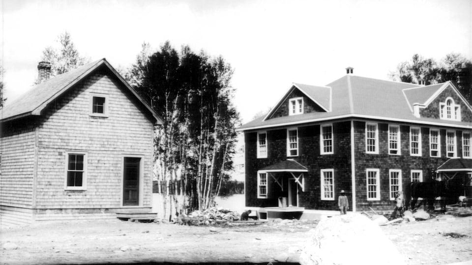 Une photo d'archives en noir et blanc montre de vieux bâtiments qui accueillaient un hôpital dans les années 20.
