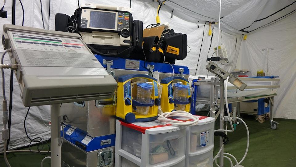 De l'équipement médical et une civière.