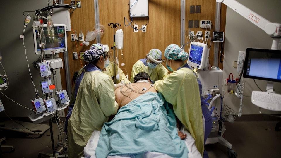 Des infirmières s'occupent d'un patient dans un hôpital.