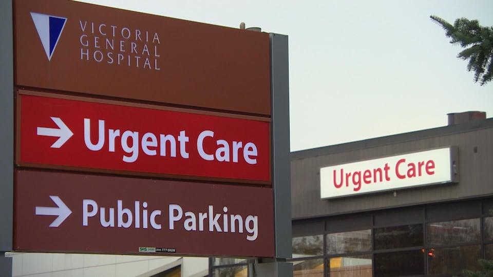 Un panneau qui affiche le centre de soins de santé pour les urgences non dangereuses de l'Hôpital Victoria, après la fermeture de la salle d'urgence.