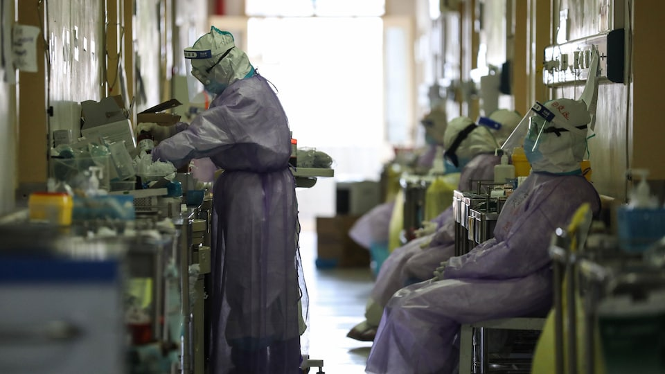 Des travailleurs de la santé en tenue de protection dans un hôpital en Chine.