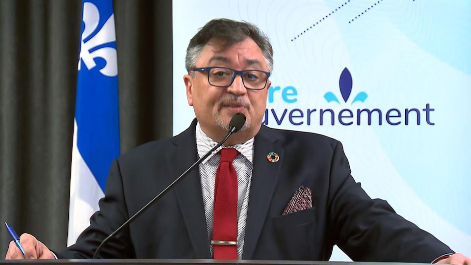 Horacio Arruda parle dans un micro.