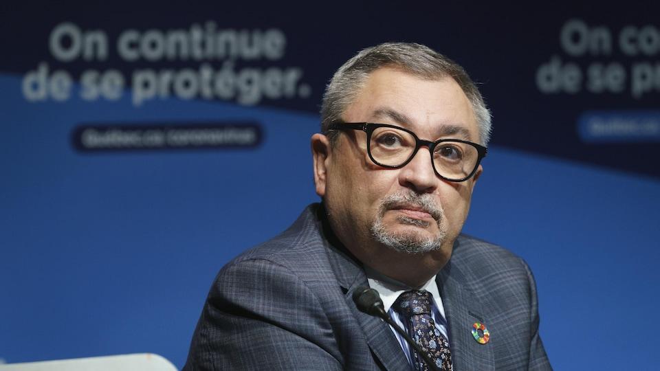 Horacio Arruda s'adresse aux journalistes.