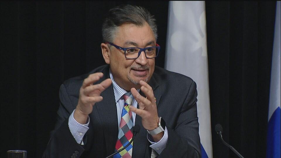 Horacio Arruda en conférence de presse.