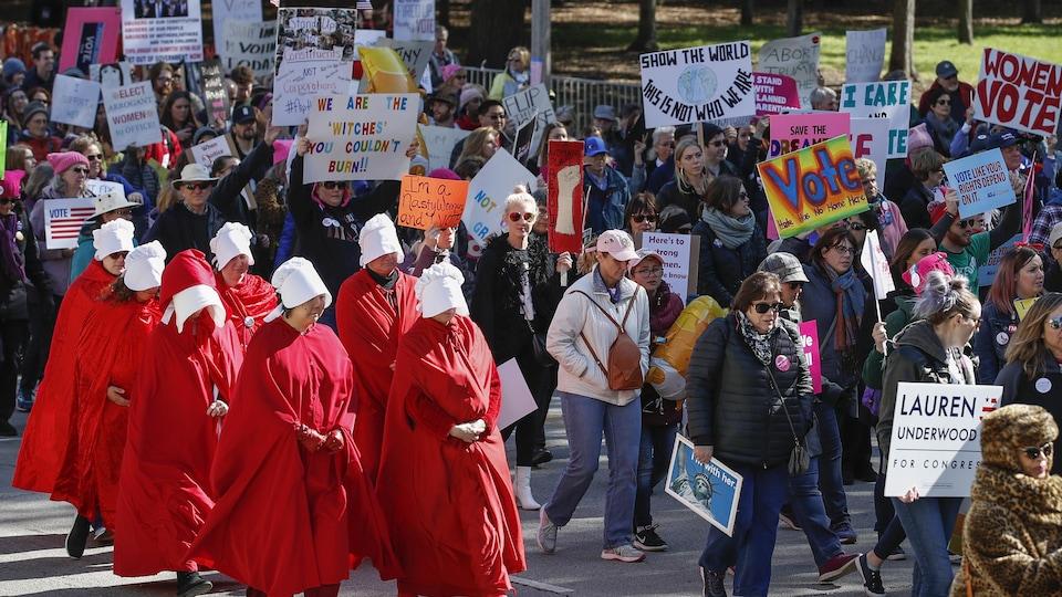 Des femmes vêtues de rouge et de blanc défilent dans les rues de Chicago.