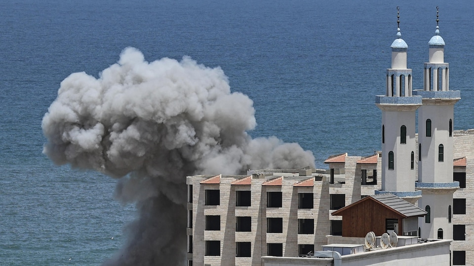 De la fumée s'échappe près du port de Gaza.