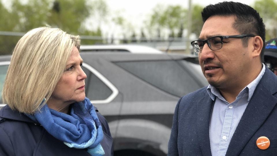 Un homme et une femme en discussion.