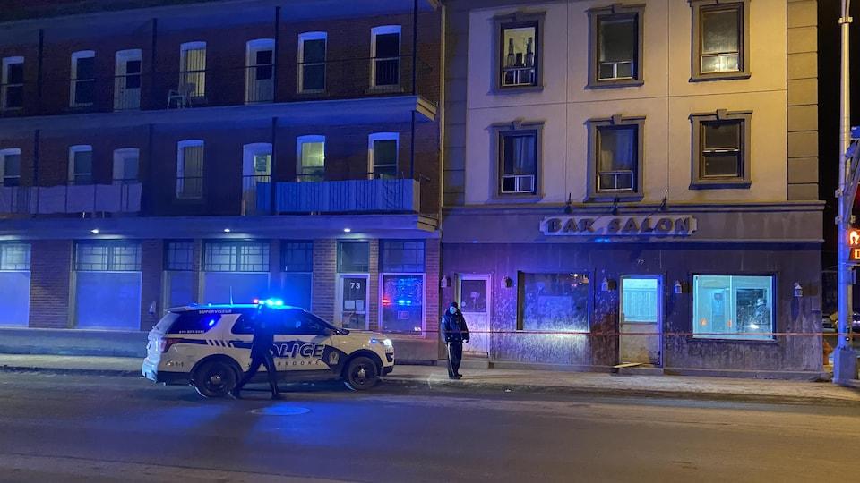 Deux policiers sont devant l'hôtel.