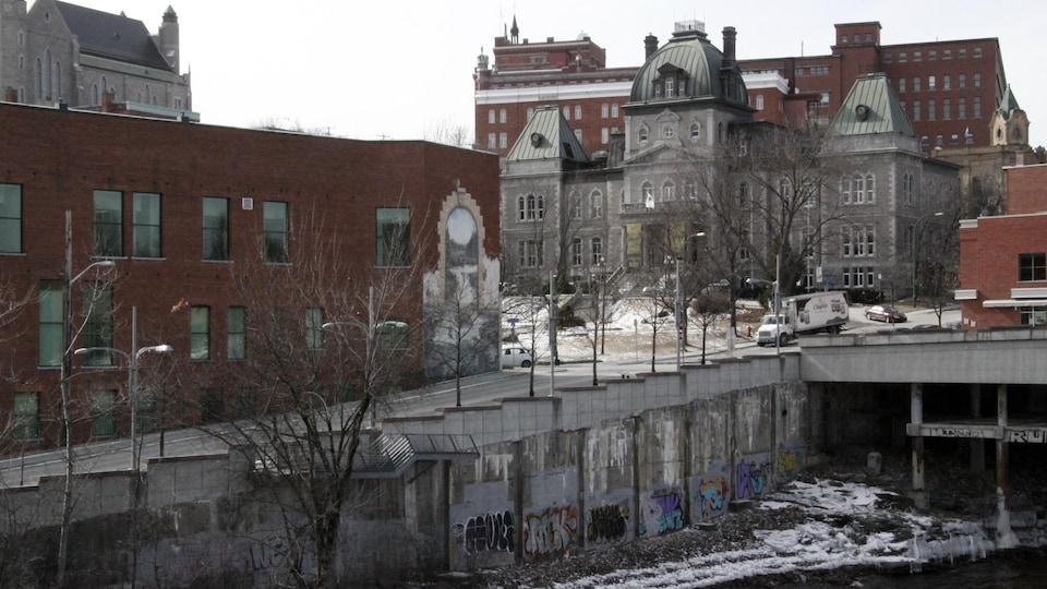 Photo de la rivière Magog avec en arrière-plan l'hôtel de ville de Sherbrooke en haut à droite
