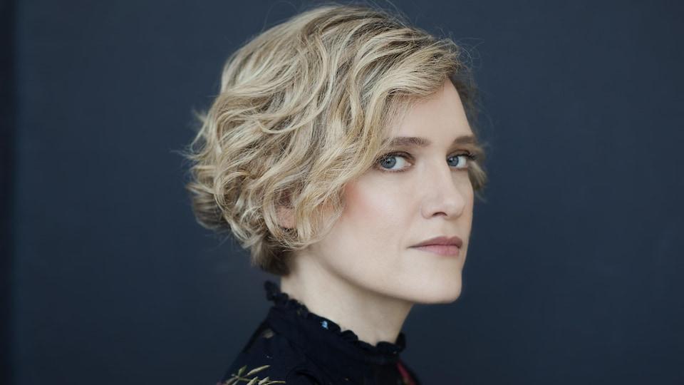 L'écrivaine Heather O'Neill. C'est une belle femme blonde.