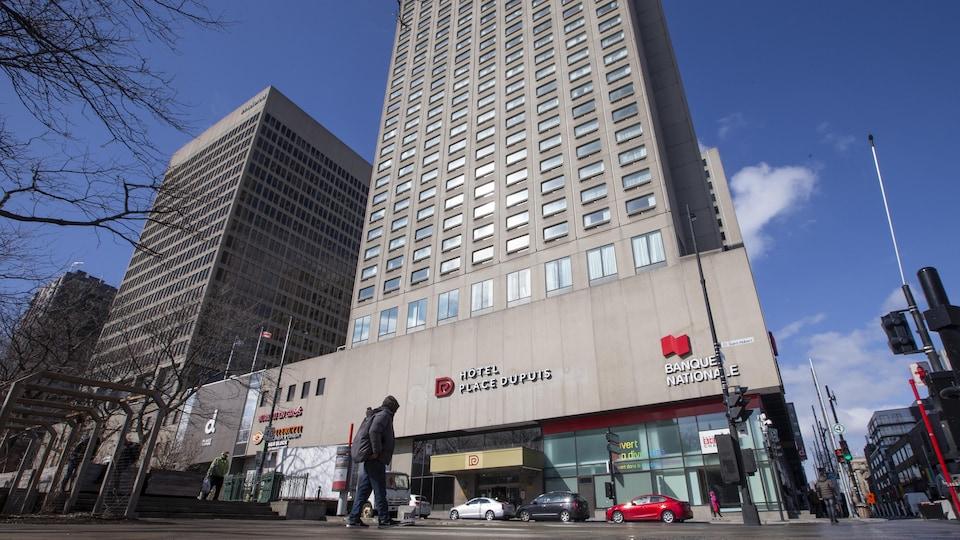 L'Hôtel Place Dupuis à Montréal, en avant-plan, la Place Émilie-Gamelin.