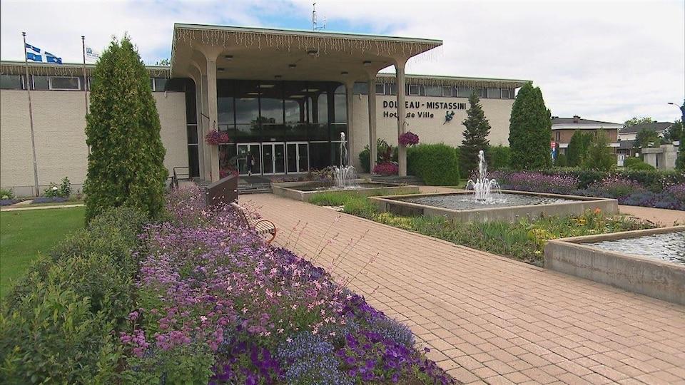 L'hôtel de ville de Dolbeau-Mistassini en été.