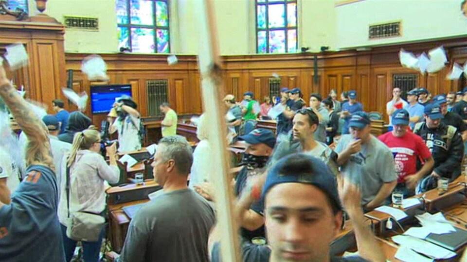 Des syndiqués manifestant dans la salle du conseil municipal.