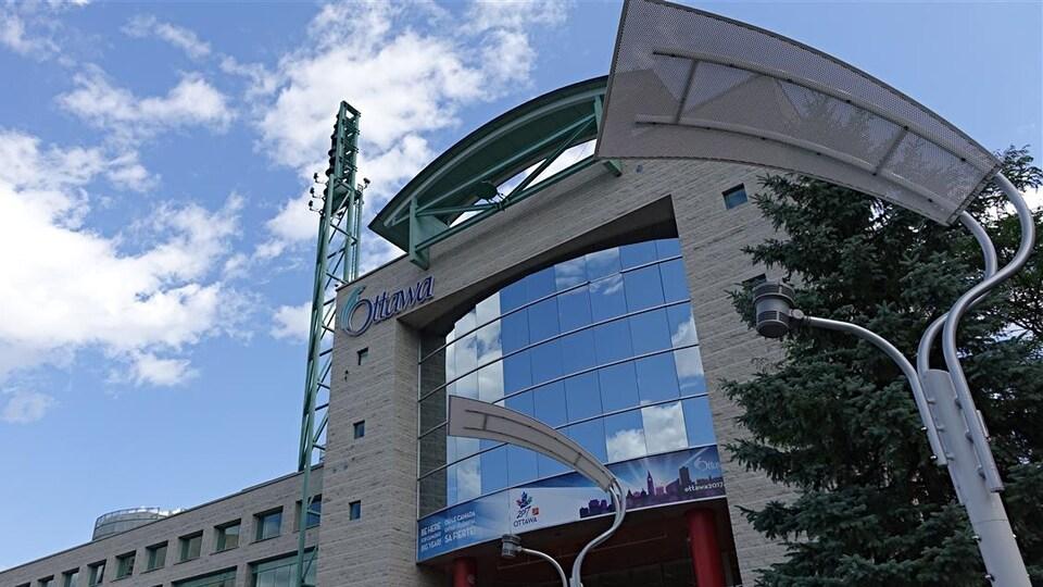 Vue de l'entrée de l'hôtel de ville d'Ottawa.