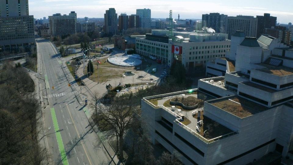 Vue de drone de la rue Laurier à Ottawa, avec l'hôtel de ville et le palais de justice.