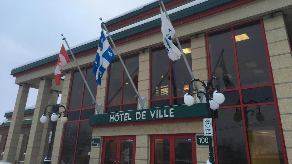 La façade de l'hôtel de ville de Rouyn-Noranda l'hiver.