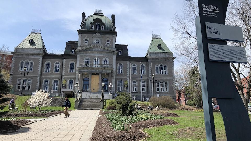 L'hôtel de ville de Sherbrooke au printemps