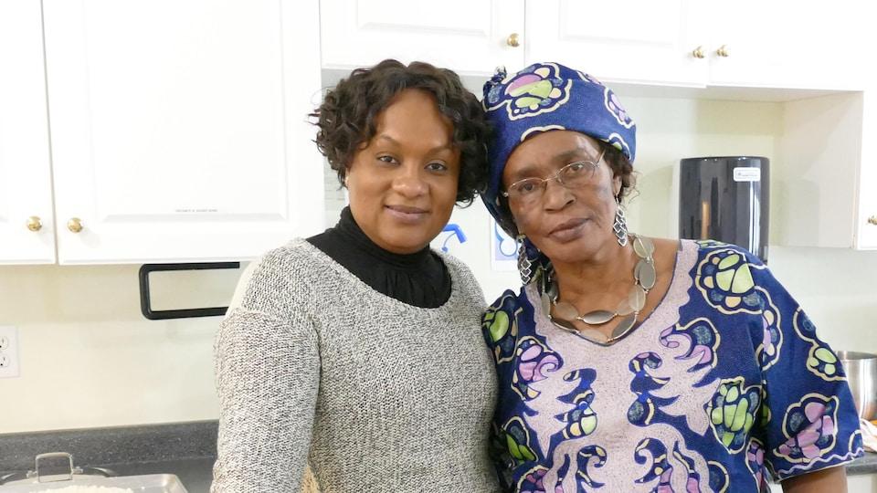 Oumou Diarra et Louise Marie Akiki dans la cuisine devant le plat de bananes plantains frites au poulet.
