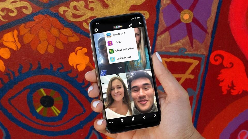 Une personne tient un téléphone intelligent dans sa main et est en conversation vidéo avec ses proches.