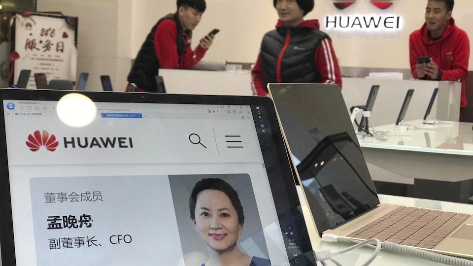 Dans une succursale de Huawei, le portrait de Meng Wanzhou apparaît sur un ordinateur portable.