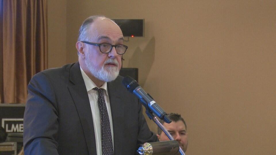 Hubert Dupuis, président de Santé Égalité en français, au micro en conférence de presse.