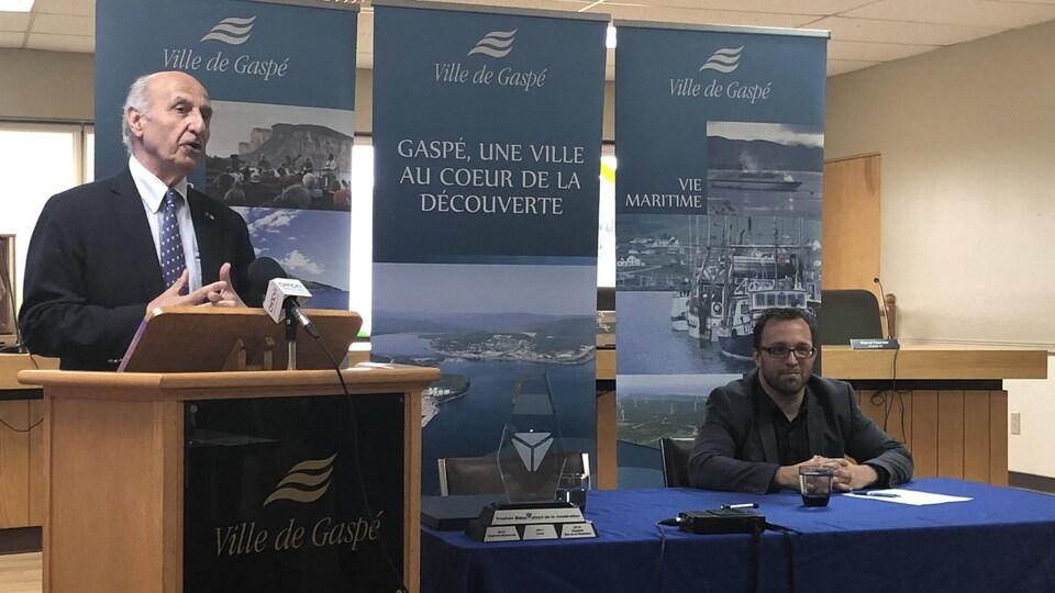 Monsieur Hubert Sacy, en conférence de presse aux côtés du préfet Daniel Côté.