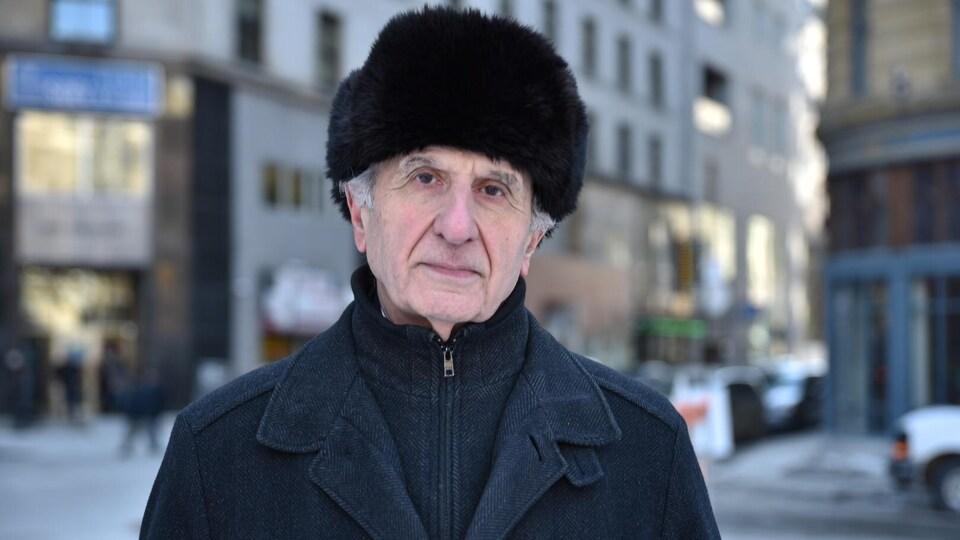 Un homme en tenue hivernale dans la rue.