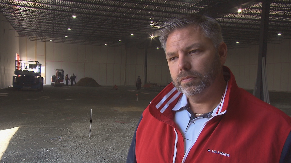 Le président de Nordik Blades, Hugo Michel dans son usine en construction