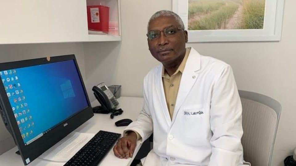 Le Dr Hugues Loemba dans son bureau.