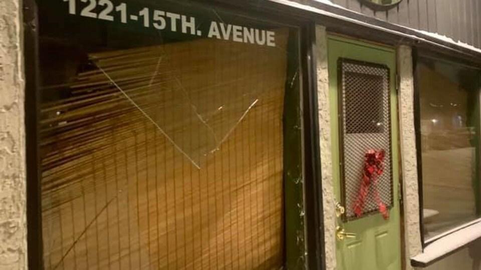 Une grande vitre cassée.
