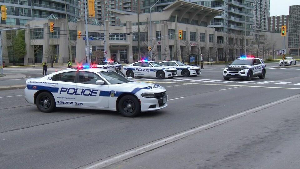 Des véhicules de police sur un boulevard