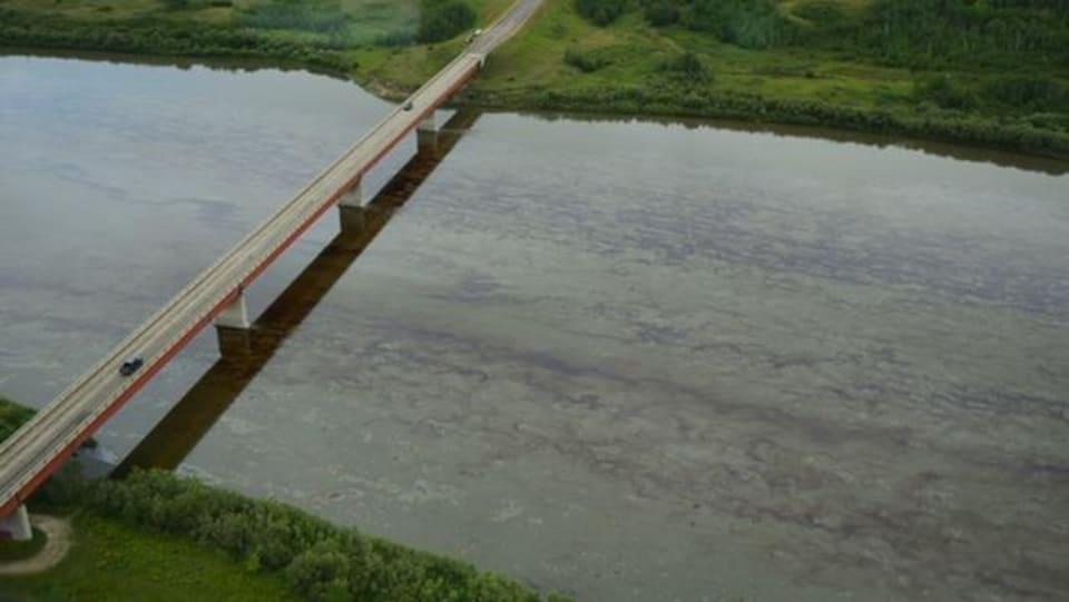 Vue aérienne de la rivière Saskatchewan Nord après un déversement de pétrole