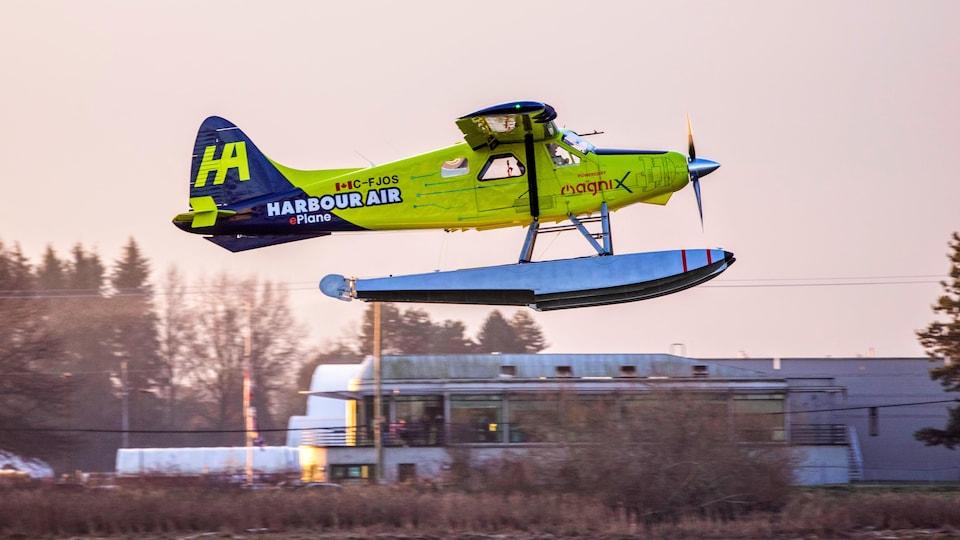 Un hydravion électrique jaune en vol.