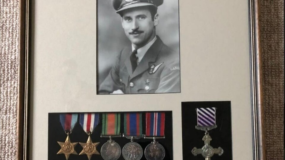 Photo de Ray Gran accompagnée de ses médailles.