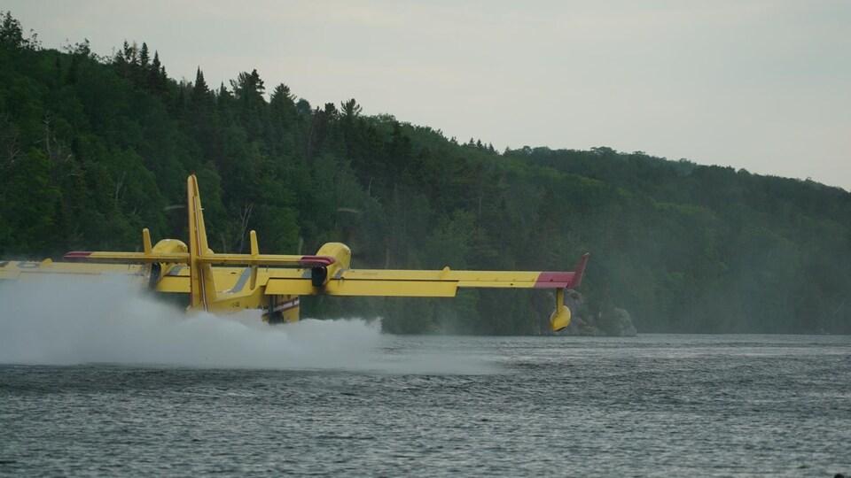 Un avion-citerne frôle un plan d'eau pour emplir le réservoir.