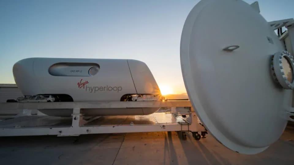 Uns capsule de la compagnie Virgin Hyperloop est vue sur le site de test DevLoop à Las Vegas, en plein air.