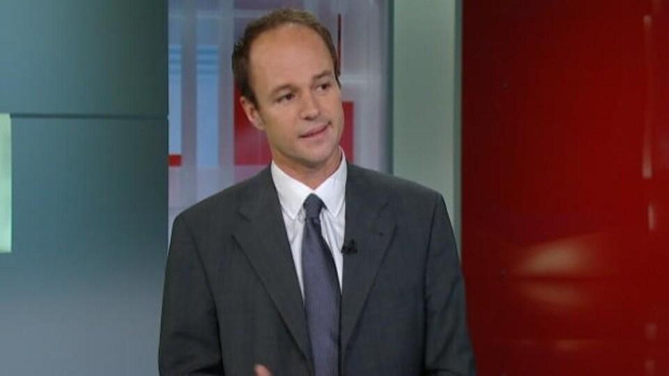 Iain MacKinnon s'exprime sur un plateau de télévision.
