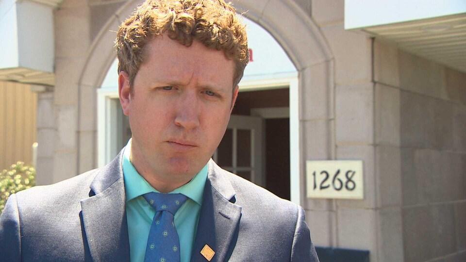 Iain Rankin à l'extérieur devant ses bureaux.