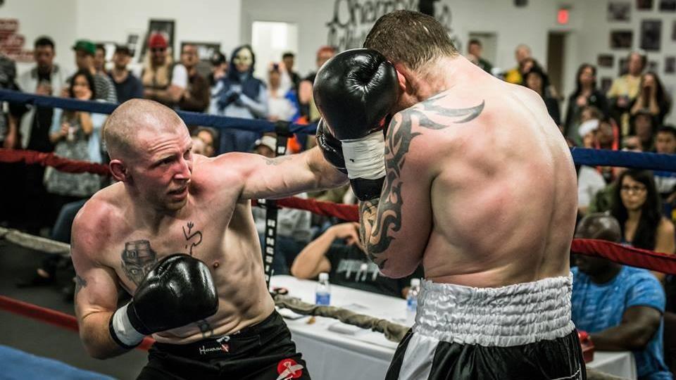 Ian Harrington dans un ring de boxe.