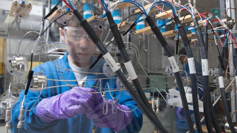 Un scientifique dans un laboratoire de batteries.