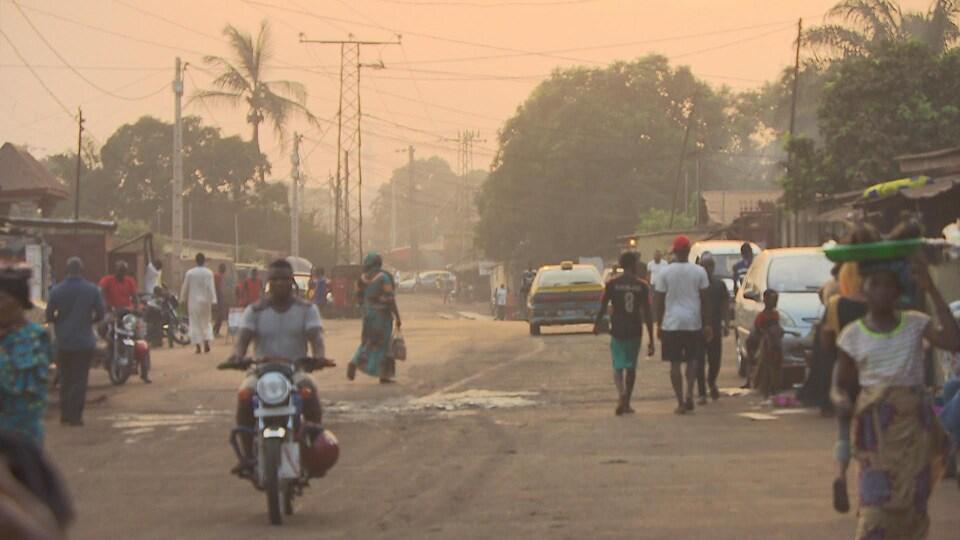 Une scène de rue à Conakry.