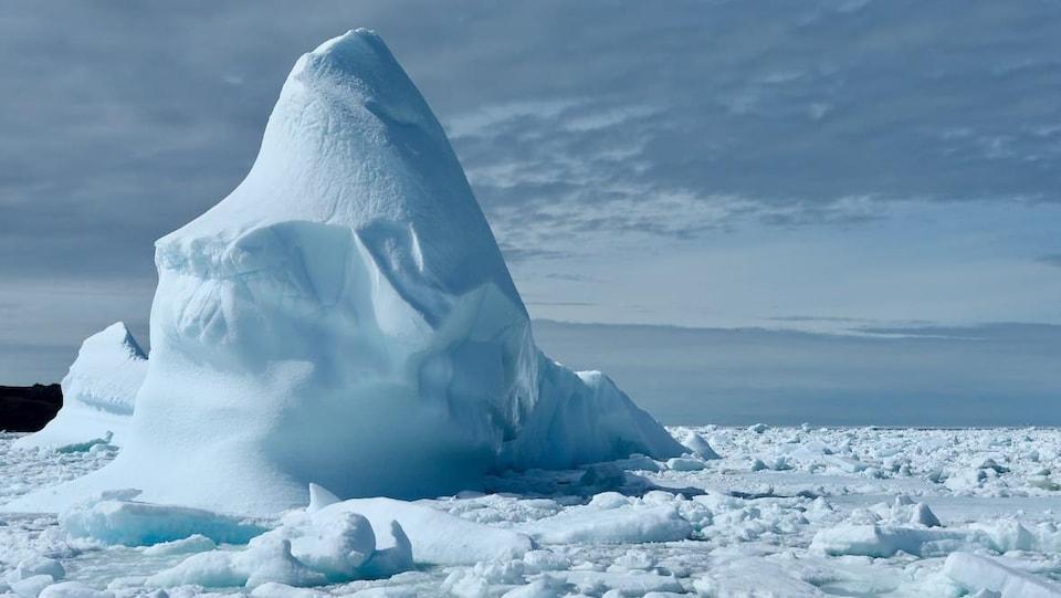 Un iceberg avec une forme conique photographié près de Pike's Arm.