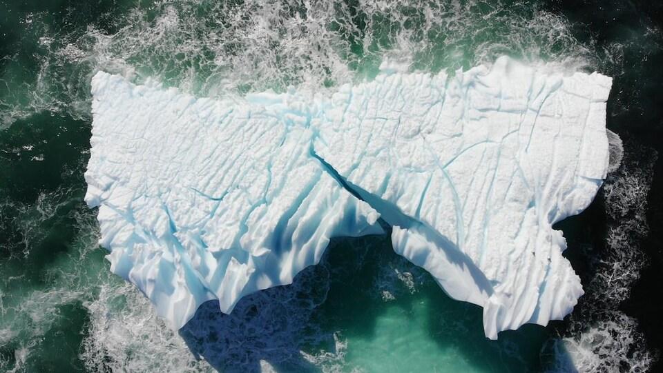 Un iceberg gigantesque près de l;a côte de Cape Bonavista, à Terre-Neuve.