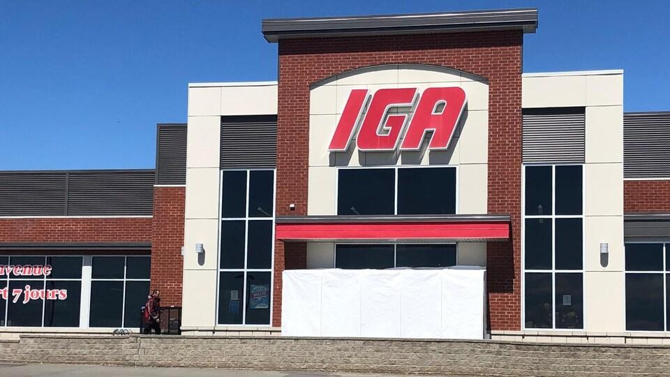 Le devant d'une épicerie IGA.