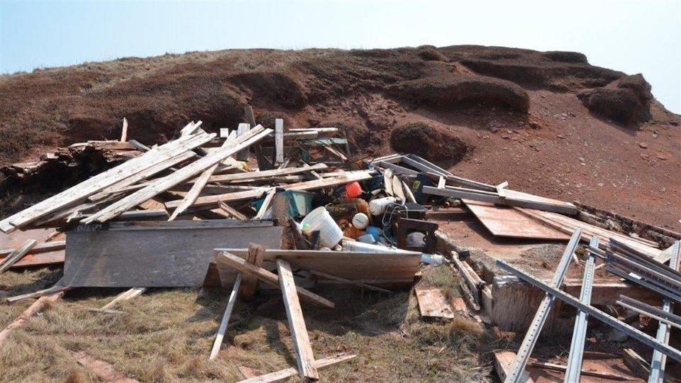 Débris de toutes sortes sur l'île Brion.