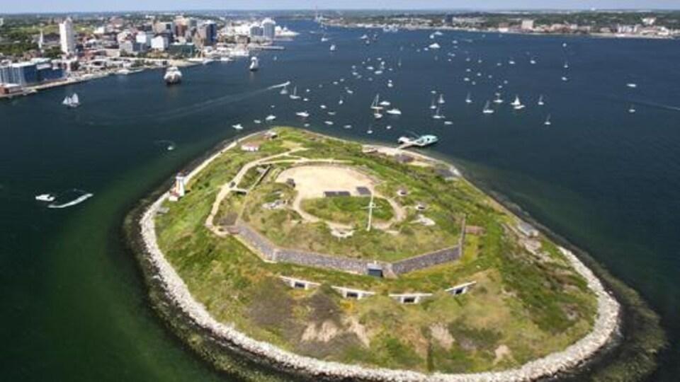 Vue aérienne de l'île Georges et du port d'Halifax.