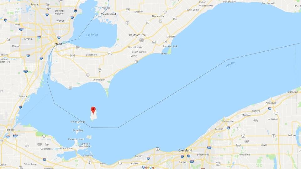 Sur une carte, on voit une flèche à l'endroit de l'île.