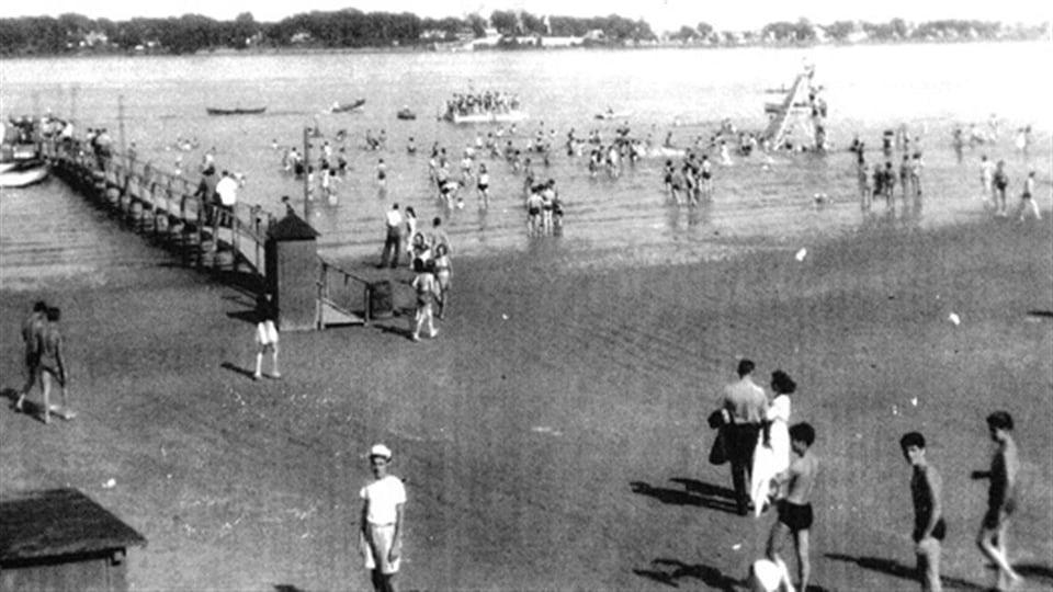 La plage Bissonnette sur l'île Sainte-Thérèse, vers 1950. Les baigneurs arrivaient par bateaux et descendaient au bout de la jetée.